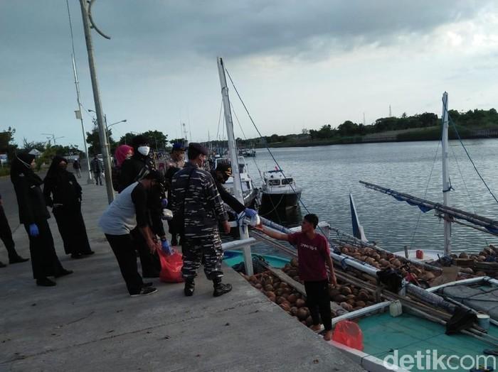 Gugus Tugas Percepatan Penanganan COVID-19 Banyuwangi melakukan pengetatan pengamanan di pelabuhan rakyat. Itu menindaklanjuti larangan mudik yang ditetapkan pemerintah pusat.
