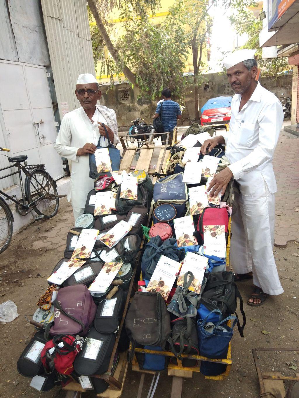 Dabbawala membawa rantang makanan