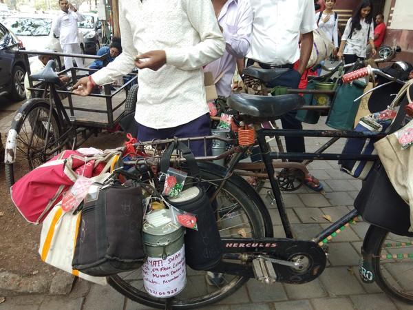 Setelah hampir 130 tahun, Dabbawala telah beranggotakan 5.000 orang dengan menantarkan lebih dari 350.000 bekal setiap harinya. Dan satu orang dabwala biasanya mebmawa 30-40 paket makanan. (Dabbawala Mumbai/ Facebook)