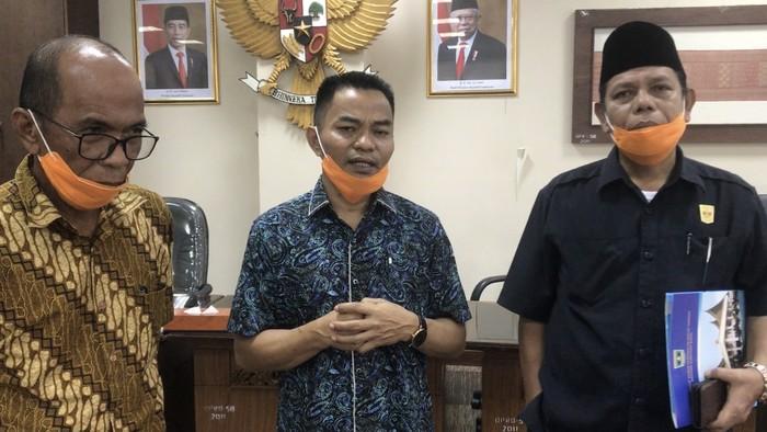Sejumlah anggota DPRD Sumbar meminta Gubernur menyalurkan bantuan untuk warga (Jeka-detikcom)