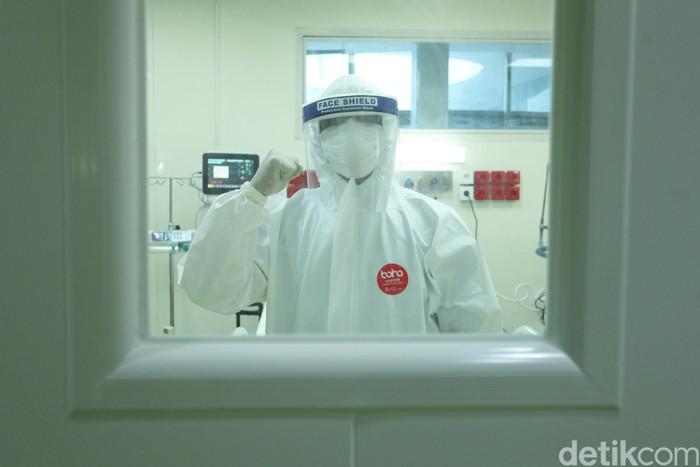 Petugas medis mempersiapkan ruangan yang akan digunakan untuk pasien COVID-19 di Rumah Sakit Cipto Mangunkusumo (RSCM), Jakarta, Kamis (30/4/2020). Peralatan medis ini didatangkan oleh CT Corp, bersama Bank Mega serta dukungan Indofood dan Astra Group.
