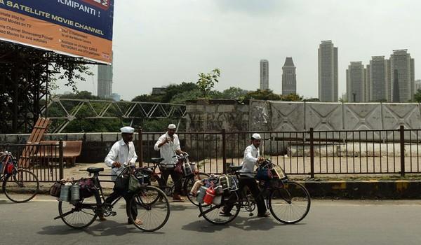 Biasanya para dabbwala menggunakan sepeda atau kereta menuju tujuan pengiriman bekal. Saat di kereta kamu akan melihat susunan papan yang di atasnya terdapat puluhan bekal. Biasanya mereka mengantar ke kantor-kantor. (AFP)