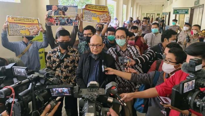 Aktivis Gugat Novel Baswedan bersama Forum Keadilan Rakyat (FKR) menggelar aksi di PN Jakarta Utara. Mereka membagikan masker bertuliskan Adili Novel Baswedan