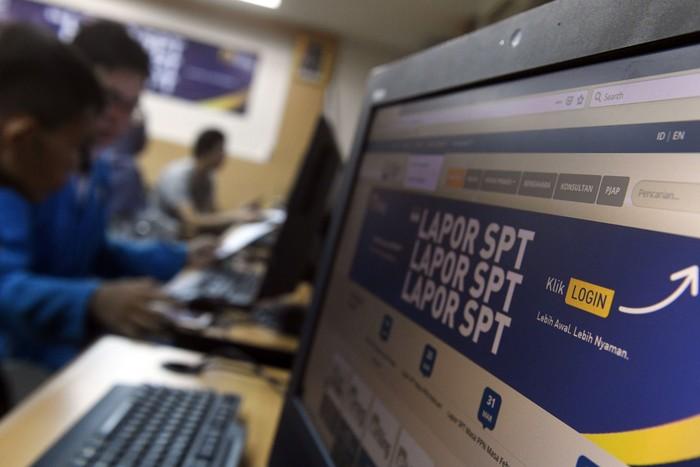 Wajib pajak melaporkan Surat Pemberitahuan (SPT) Tahunan Pajak 2019 secara online menggunakan gawai di Tangerang Selatan, Banten, Kamis (12/3/2020). Direktorat Jenderal Pajak Kementerian Keuangan (DJP Kemenkeu) mencatat, sebanyak 96 persen dari 6,27 juta Wajib Pajak (WP) orang pribadi (OP) melaporkan SPT Pajak secara online melalui e-filling maupun e-SPT. FOTO ANTARA/Puspa Perwitasari/aww.