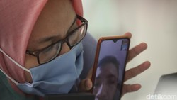 Ada cara unik untuk menyampaikan rasa rindu keluarga dengan pasien COVID-19 atau PDP, pasien dapat berinteraksi dengan cara video call seperti ini di RSCM.