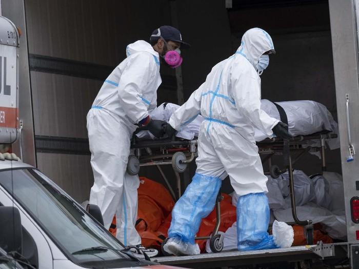 Sedikitnya empat truk berisi 60 mayat ditemukan di luar sebuah rumah duka di Brooklyn, New York, AS. Mereka adalah korban wabah COVID-19 yang merajalela.
