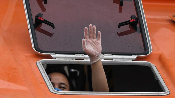 WNI yang menjadi anak buah Kapal Pesiar MV Carnival Splendor tiba di Tanjung Priok, Jakarta, Kamis (30/4). Mereka selanjutnya akan diisolasi mandiri.