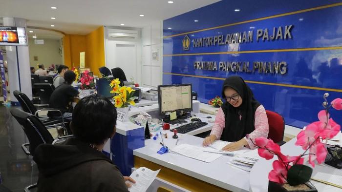 Petugas pajak melayani wajib pajak di Kantor Pelayanan Pajak Pratama Pangkalpinang, Kepulauan Bangka Belitung, Jumat (13/3/2020). Pemerintah secara resmi mengumumkan akan menanggung Pajak Penghasilan (PPh) pasal 21 atau pajak gaji karyawan dibawah 16 juta per bulan yang akan berlaku pada April 2020.  ANTARA FOTO/Anindira Kintara/Lmo/aww.