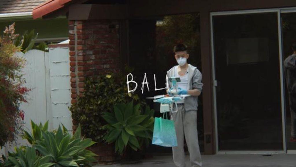 Lewat Video Klip BALI, Rich Brian Kirim Paket Makanan Pakai Drone