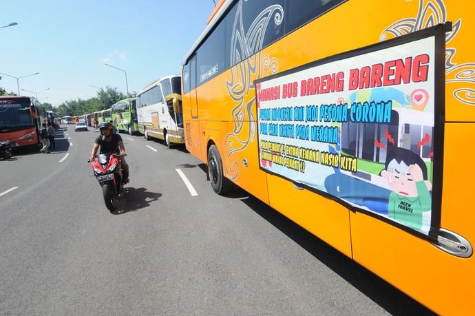 Perusahaan bus tidak dapat beroperasi akibat larangan mudik. Sejumlah awak bus mengikuti aksi memanasi mesin bus bareng sebagai bentuk kebersamaan.