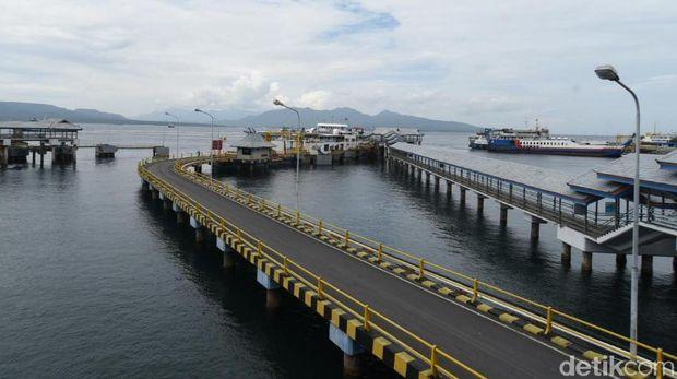 Harga tiket penyeberangan di Pelabuhan Ketapang-Gilimanuk naik mulai hari ini. Penyesuaian tarif tersebut berkisar antara 10 hingga 14 persen menyesuaikan dengan berat dan tipe kendaraan.