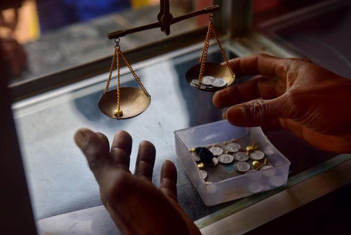Penambang emas tradisional harus bernafas dalam lumpur, di tengah rawa Paracale, Filipina. Tindakan nekat tanpa peralatan industri tersebut dilakukan untuk mencari sebongkah emas.