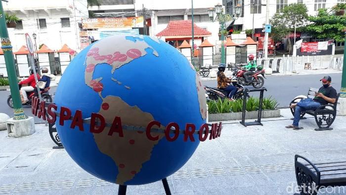 Peringatan waspada virus Corona di Titik Nol Kilometer Yogyakarta, Jumat (1/5/2020).