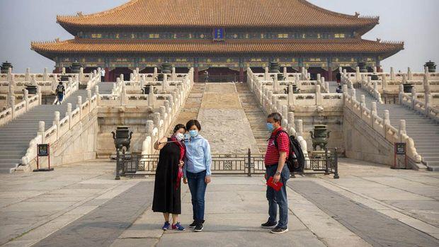 Setelah tiga bulan tutup, Palace Museum atau Forbidden City di Beijing dibuka kembali mulai hari ini. Pengunjung pun mulai berdatangan ke istana berusia 600 tahun itu.