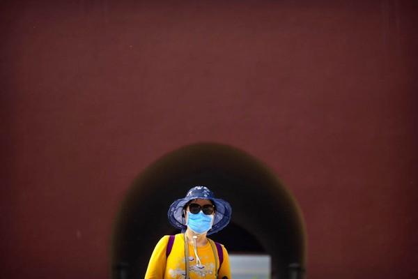 Pengunjung juga diharuskan mengenakan masker selama durasi kunjungan dan tetap menjaga jarak.