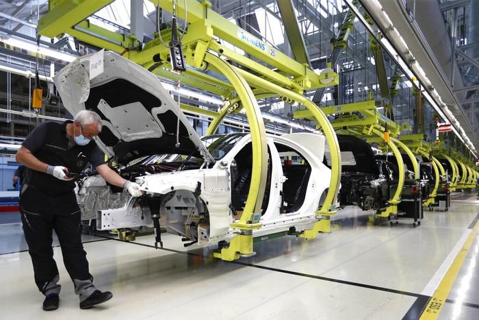Pabrik Mercedes-Benz di Sindelfingen, Jerman, kembali melakukan produksi setelah sempat ditutup karena pandemi virus Corona (COVID-19).