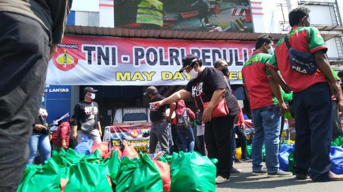 May Day di Semarang, Buruh Bagikan Sembako ke Temannya yang Di-PHK
