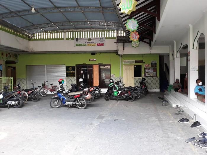 Tak ada aktivitas memasak bubur samin di halaman Masjid Darussalam, Solo, Jumat (1/5/2020).
