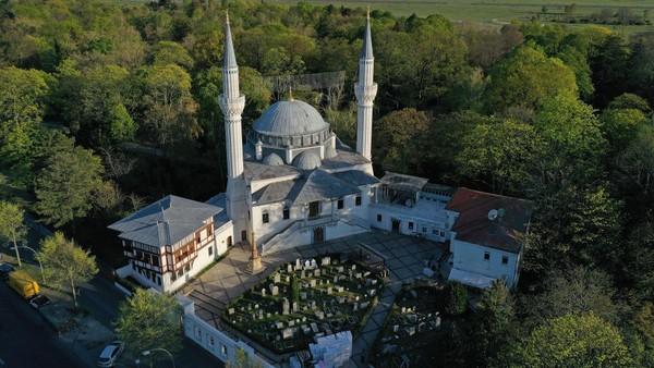 Sehitlik Moschee menjadi destinasi wisata religi di Berlin, Jerman. Memiliki kapasitas 1.500 orang, masjid ini ramai didatangi untuk ibadah maupun merayakan hari besar islam. (Getty Images/Andreas Rentz)