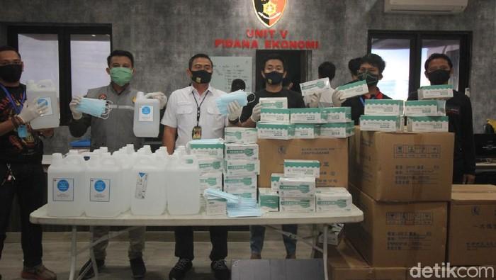 Polisi Surabaya membongkar kasus jual beli masker ilegal yang didatangkan dari China. Selain masker, polisi juga membongkar jual beli hand sanitizer oplosan.