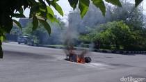Vespa Hangus Terbakar Usai Tabrakan, Dua Orang Luka Ringan