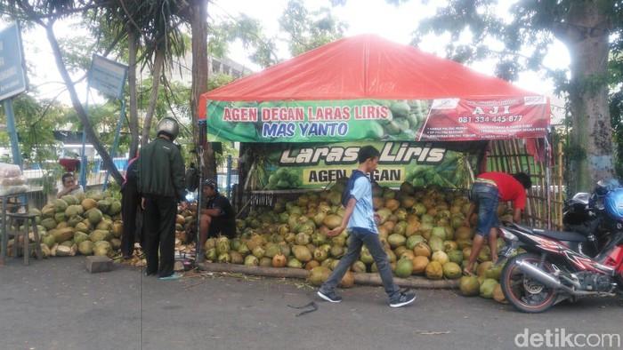 Di tengah pandemi Corona, omzet pedagang kelapa muda di Lamongan mengalami kenaikan. Terlebih, saat ini memasuki bulan suci Ramadhan.