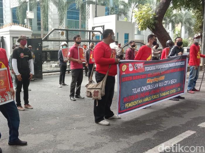 Sejumlah buruh menggelar May Day di depan DPRD Sumut.
