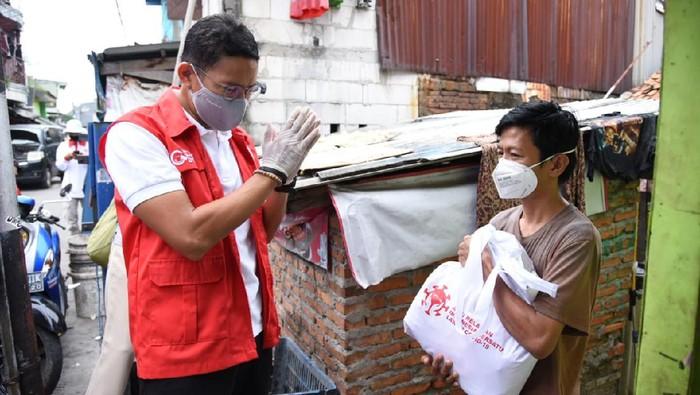 Relawan Indonesia Bersatu Lawan COVID-19 memberikan bantuan berupa 150 paket sembako untuk para buruh yang terkena Pemutusan Hubungan Kerja (PHK) akibat pandemi Corona di Indonesia.