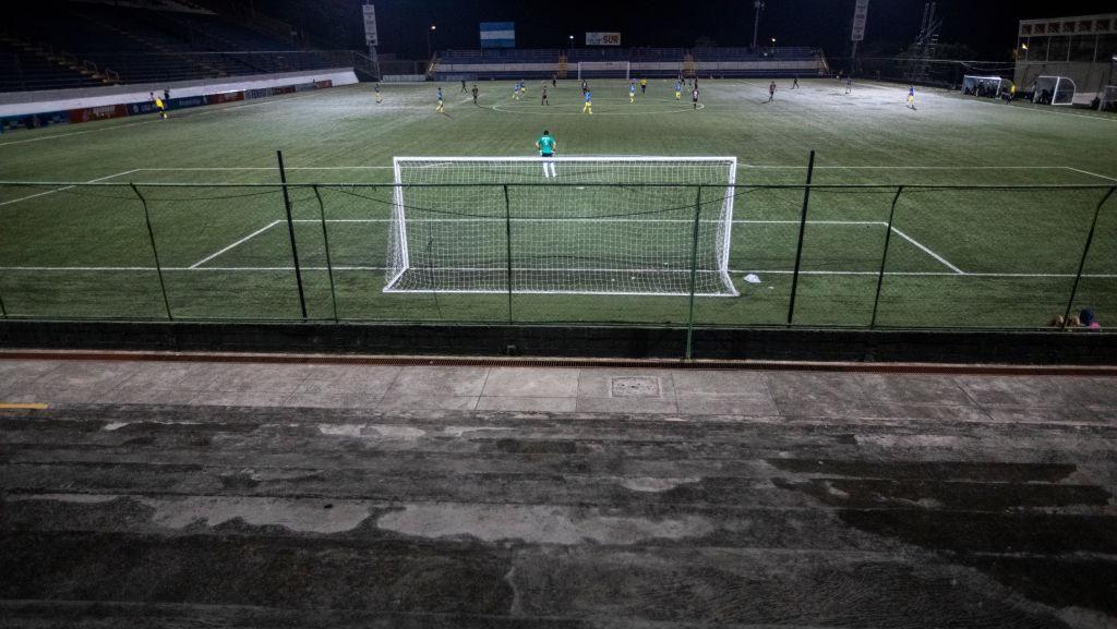 Laga Sepakbola Main Tertutup, eh Suporter Nonton dari Balik Pagar