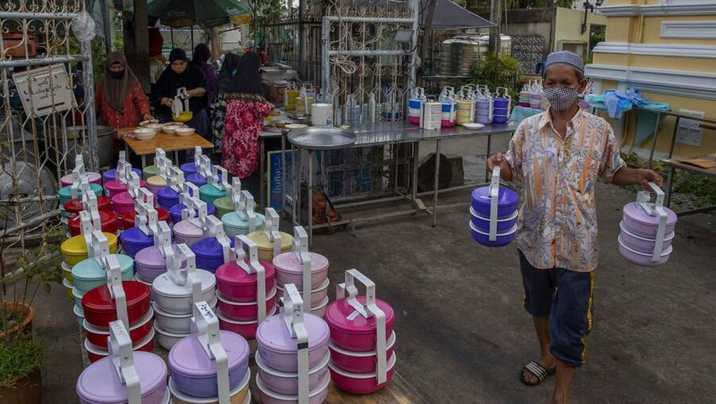 Muslim Bangkok Bagikan Makanan Buka Puasa dengan Rantang Plastik