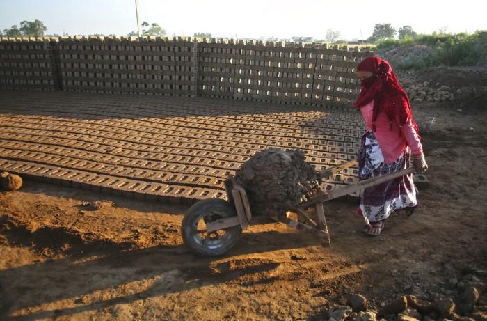 Usai aturan lockdown diperlonggar, sebagian buruh perempuan di India kembali mengerjakan pekerjaan yang membutuhkan otot dan kerja keras. Begini potret sebagian buruh itu.