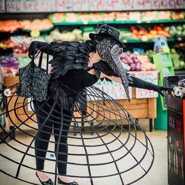 Karen Hinrichs Lukes pakai kostum unik untuk belanja di supermarket.