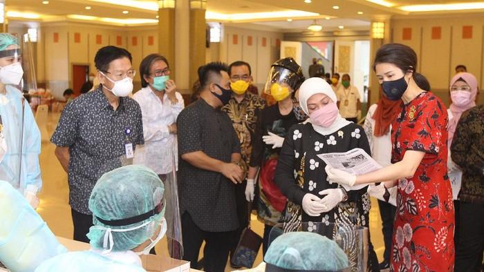 Menteri Ketenagakerjaan RI Ida Fauziah (kedua dari kanan) didampingi oleh Wakil Direktur Utama Siloam Hospital Caroline Riady (kanan) dan Pendiri Yayasan Pendidikan Pelita Harapan James Riady (kedua dari kiri) saat meninjau pelaksanaa rapid test Covid - 19 untuk 1000 pekerja di Kementerian Ketenagakerjaan RI, Jakarta, Jumat 1 Mei 2020. Kegiatan 1000 Rapid Test Covid - 19 ini dalam rangka menyambut Hari Buruh Internasional.