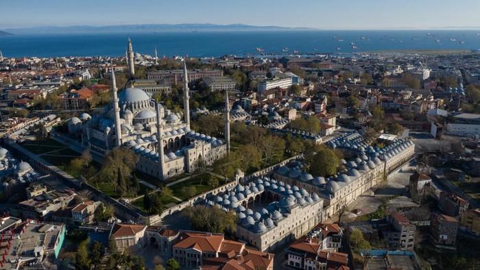 Masjid Suleymaniye berada di Süleymaniye Mah Fatih, Istanbul, Turki. Pembangunan dimulai sekitar tahun 1550 dan selesai tahun 1557.