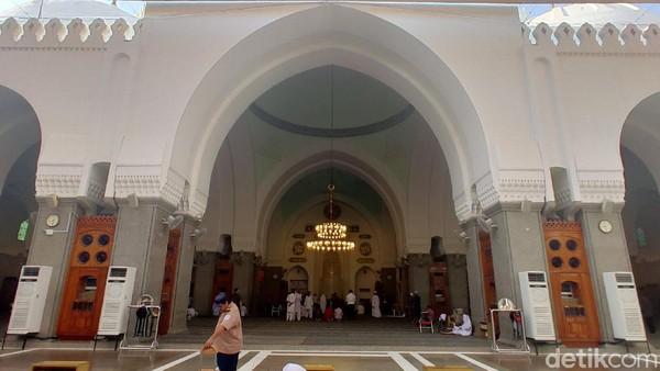 Masjid Quba memiliki tujuh pintu masuk utama dan 12 pintu masuk tambahan. Ada empat menara, 56 kubah kecil berdiameter 6 meter, perpistakaan hingga pusat pemasaran (Rachman Haryanto/detikcom)