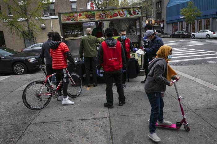 Relawan dari Muslim Giving Back dan Gyro King membagikan makanan halal gratis di Brooklyn, New York. Makanan itu untuk masyarakat yang terdampak virus Corona.