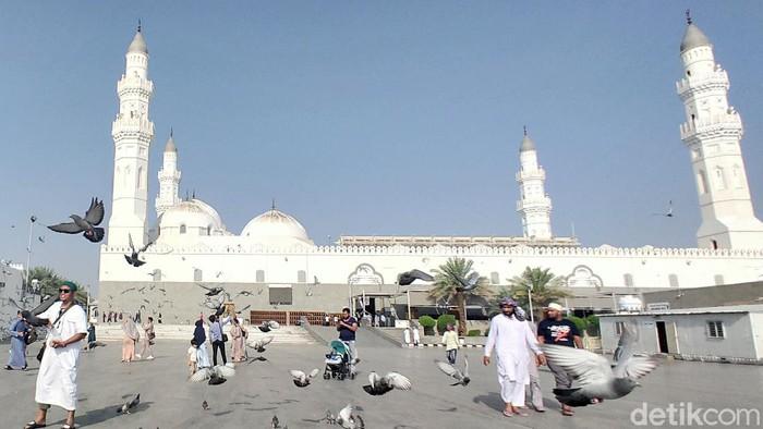 Masjid Quba adalah masjid pertama yang dibangun Rasulullah pada 8 Rabiul Awal pada 1 Hijriyah. Berada 5km dari masjid Nabawi atau sebelah tenggara di luar kota Madinah. Memiliki 19 pintu dengan 3 pintu utama. Dua diantaranya dibuka untuk jamaah Pria dan 1 untuk jemaah wanita.   Masjid ini memiliki 4 menara yang menjulang tinggi. Masjid ini juga memiliki enam kubah besar, masing-masing berdiameter 12 meter dan 56 kubah kecil yang berdiameter enam meter.