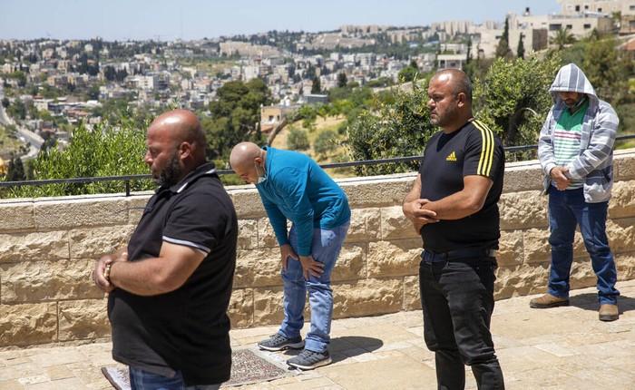 Masjid Al Aqsa ditutup selama Ramadan untuk mencegah penyebaran virus Corona. Umat muslim pun melaksanan ibadah salat di Bukit Zaitun, Yerusalem.