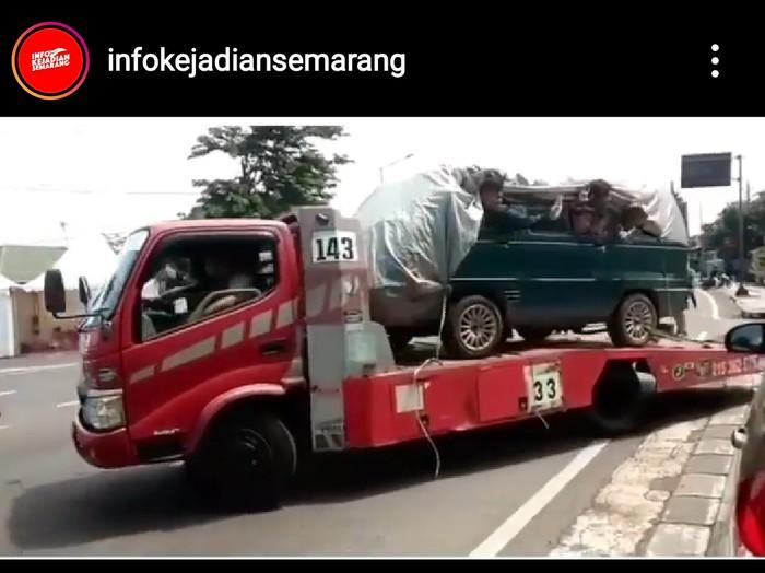 Tangkapan layar truk bermuatan mobil isi 8 orang di Semarang