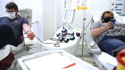 Pasien Covid-19 yang dinyatakan sembuh menyumbangkan plasma darah untuk penelitian antibodi Covid-19.