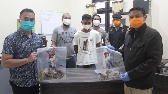Hendra Gunawan alias Iwan (kaos putih, tengah) jadi tersangka