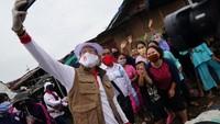 Sandiaga mengatakan, pihaknya menggandeng Relawan Jokowi Mania dalam pemberian bantuan sembako di Bantargebang, Bekasi, Jawa Barat. Pemberian bantuan ini langsung dikomandoi Ketua Umum Relawan Jokowi Mania yang juga merupakan Anggota Relawan Indonesia Bersatu Lawan COVID-19, Immanuel Ebenezer. dok. Relawan COVID-19