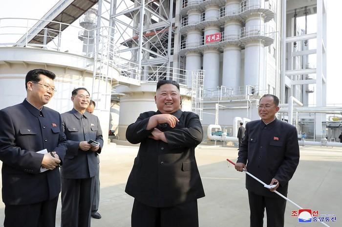 Penampakan Perdana Kim Jong Un Usai Dikabarkan Meninggal  Media pemerintah Korut merilis foto-foto Kim Jong Un muncul di depan publik, menyusul spekulasi kuat bahwa dirinya sakit keras atau bahkan meninggal.