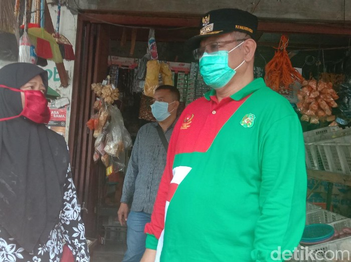 Plt Wali Kota Medan Akhyar Nasution (kanan) memberikan sosialiasi ke warga untuk menggunakan masker.