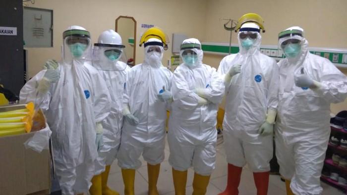 Relawan perawat di RS Persahabatan.