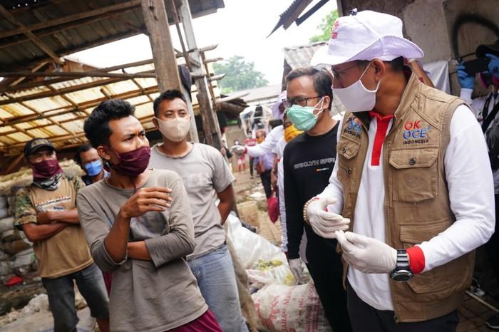 Dalam memperingati Hari Pendidikan Nasional pada 2 Mei 2020, Ketua Umum Relawan Indonesia Bersatu Lawan Covid-19, Sandiaga Uno menyambangi keluarga pemulung di Bantargebang, Bekasi, Jawa Barat.