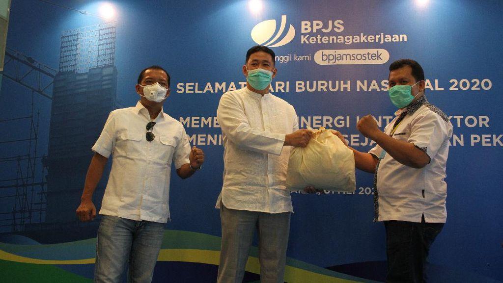 BPJAMSOSTEK Bagi 1.800 Paket Sembako ke Serikat Buruh di 11 Kota