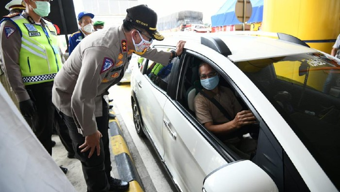 Kepala Korps Lalu Lintas Polri Irjen Pol Istiono memeriksa kendaraan yang melewati gerbang Tol Banyumanik, Semarang, Jawa Tengah, Sabtu (2/5/2020).