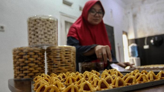 Seorang ibu rumah tangga membuat kue kering lebaran pesanan pembeli di Pekanbaru, Riau, Minggu (3/5/2020). Sejumlah ibu rumah tangga memanfaatkan waktu selama masa berada di rumah untuk berbisnis kue kering menjelang Lebaran. ANTARA FOTO/Rony Muharrman/foc.