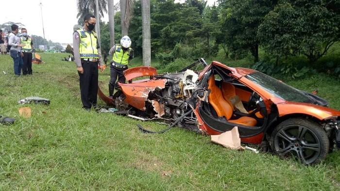 Supercar McLaren mengalami kecelakaan tunggal di Ruas Jalan Tol Jagorawi, Minggu (3/5) diduga karena kelalaian pengemudi. Akibatnya, pengemudi dan penumpang mengalami luka ringan.